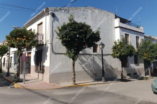 REBAJADA. Casa en Nueva Carteya, en esquina.