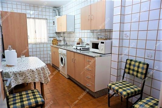 Amplio piso todo exterior y en primera planta muy cómoda.