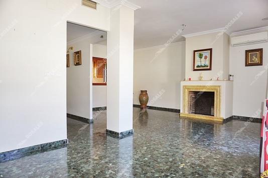 Excelente piso todo exterior y muy bien situado.