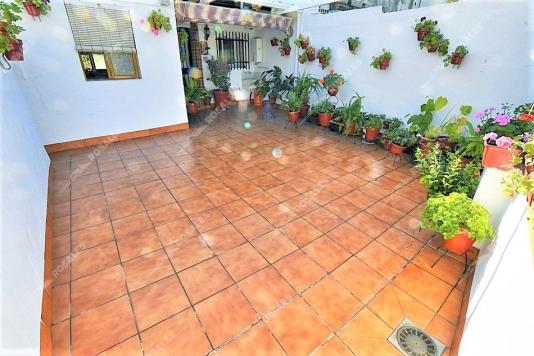 Casa en perfecto estado con amplio patio.