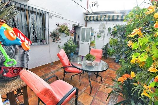 Casa en perfecto estado con patio.